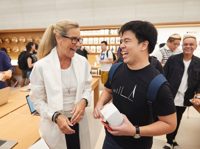 apple_singapore_orchard_road_angela_ahrendts_customers-650x484